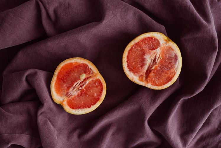 Zwei aufgeschnitte Grapefruithälften.