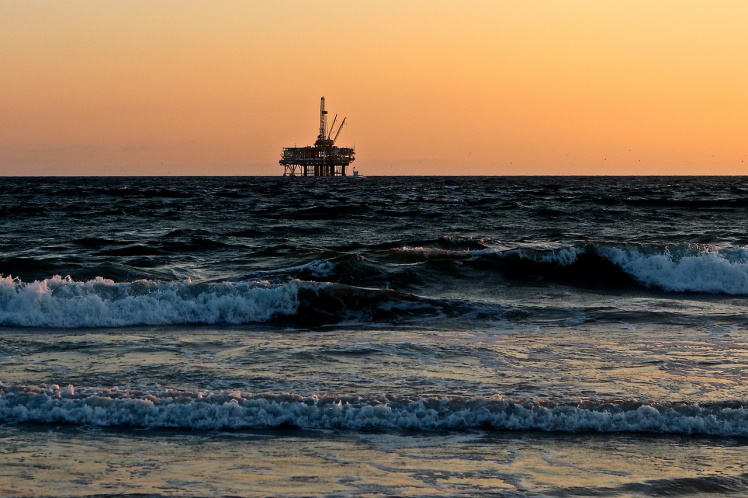 Ölplattform im Sonnenuntergang - ECI stellt Insolvenzantrag