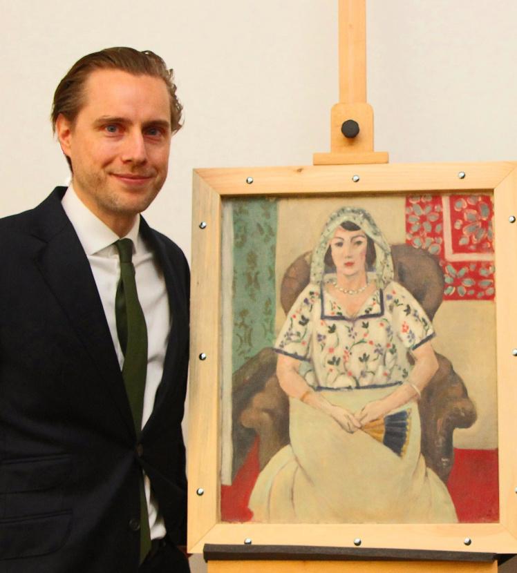 """Rechtsanwalt Dr. Louis Rönsberg mit dem Gemälde """"Sitzende Frau"""" von Matisse aus der Sammlung Gurlitt vor der Restitution."""