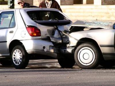 Wer rückwärts aus einer Parkbucht fährt, haftet beim Schadensfall alleine