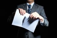 Anzugträger zerreist Arbeitsvertrag