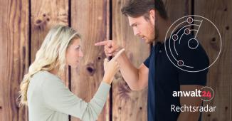 Trennungsjahr: Wie die Zerrüttung der Ehe festgestellt wird - Mann und Frau streiten vor einer Holzwand